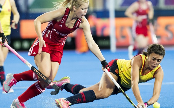 LONDON -  Unibet Eurohockey Championships 2015 in  London. Semi-Final England v Spain . Sophie Bray with Spanish Patricia Maraña (r) .   WSP Copyright  KOEN SUYK