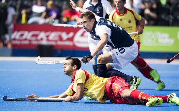 LONDON -  Unibet Eurohockey Championships 2015 in  London. Spain v France .  Spanish  Gabriel Dabanch with Victor Charlet from France  WSP Copyright  KOEN SUYK