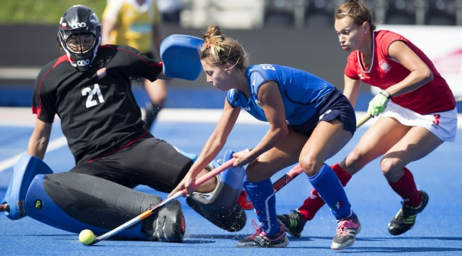 LONDON -  Unibet Eurohockey Championships 2015 in  London. Poland v Italy .  Valentina Braconi (m) of Italy stopped by Polish Goalie Marta Kucharska . right  Polish Paulina Okaj (r).   WSP Copyright  KOEN SUYK