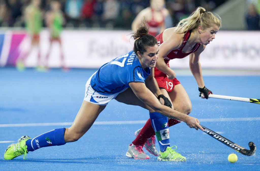LONDON -  Unibet Eurohockey Championships 2015 in  London. Italy v England. Chiara Tiddi (C)  and Sophie Bray   WSP Copyright  KOEN SUYK
