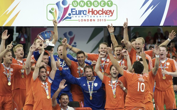 LONDON - Unibet EuroHockey Championships men 20 NED v GER (Gold Medal Match) The Netherlands European Champion Foto: Party with the cup. WSP COPYRIGHT FRANK UIJLENBROEK